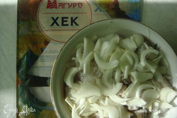 Репчатый лук нарезать полукольцами и выложить сверху рыбы. Залить уксусом, накрыть тарелкой и убрать в холодильник на 1 час.