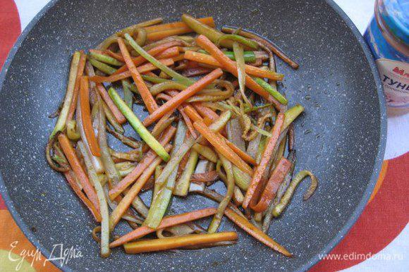 Разогреть в сковороде кунжутное масло, на сильном огне обжарить овощи с зубчиком чеснока в течении 3 минут, интенсивно помешивая. Чеснок выбросить. Добавить специи, соевый соус, перемешать и снять с огня.