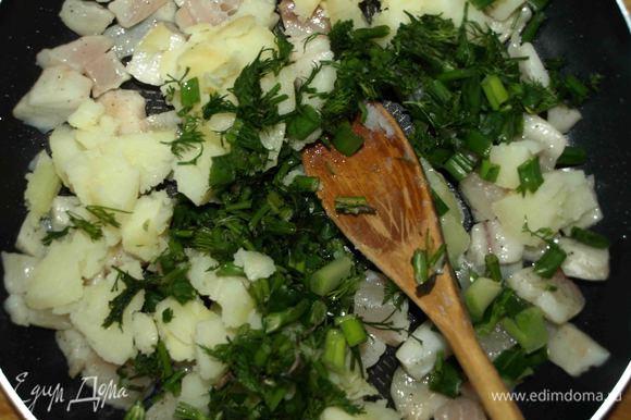Кусочки тилапии обжариваем на растительном масле. Добавляем картофель, зелень, соль и перец по вкусу.
