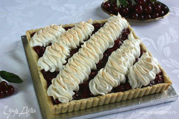 Я пришла к выводу, что внешний вид пирога лучше, когда между полосками безе остается немного свободного пространства и видна вишня — очень контрастно и красиво. Количество полосок безе может быть разным (например, 5 полосок, как здесь).