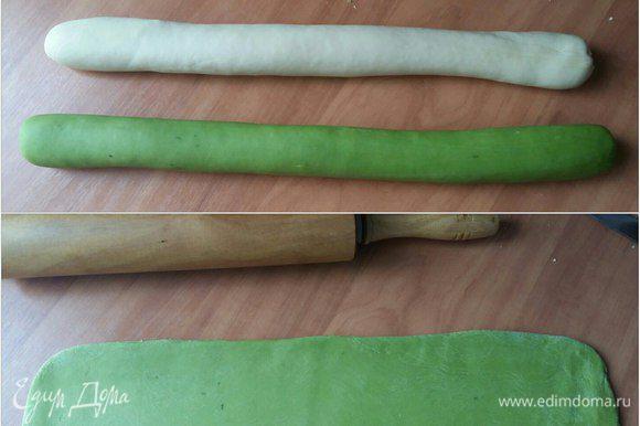 Теперь берем тесто, раскатываем 2 колбаски —белую и зеленую. Белую отложим в сторону, а зеленую раскатаем шириной примерно 8 см.