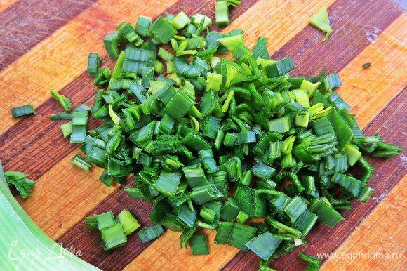 Порей или зеленый лук измельчить.