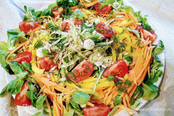 Для соуса смешать бальзамический уксус (у меня светлый) с солью и перцем. Влить оливковое масло и взбить до состояния эмульсии. Полить салат.