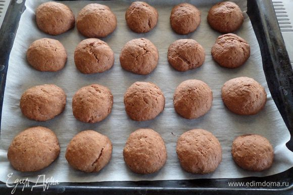 Выпекаем печенье в разогретой духовке 20-30 минут при 180°С.
