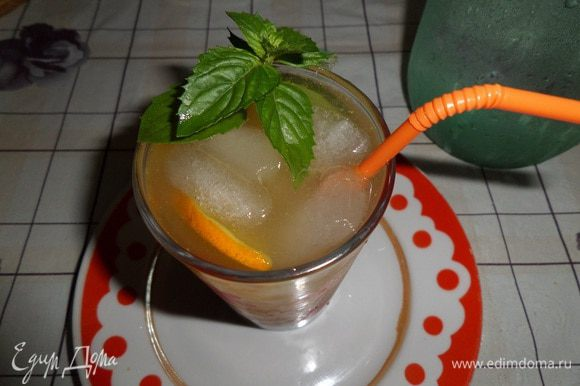 Наливаем в стакан свежевыжатый сок (1/4 от общего объема выжатого сока) и холодную фильтрованную воду.