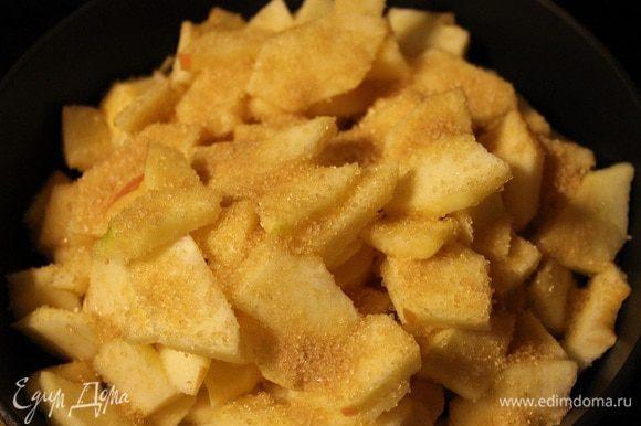 Для начинки: яблоки очистить и удалить семена. Нарезать тонкими произвольными кусочками. Добавить сахар и ванилин. Потушить на сковороде на медленном огне до испарения жидкости.