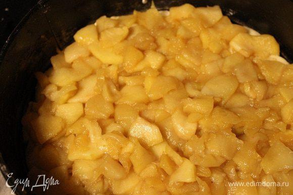 Сверху выложить начинку из яблок.