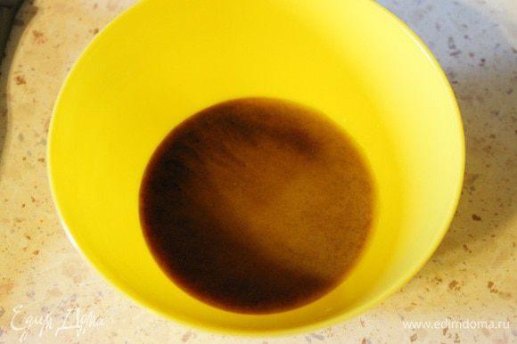 Развести крахмал в воде, добавить в маринад. Получившуюся смесь вылить в сковороду к мясу, перемешать и снять с огня.