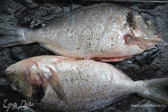 Дораду почистить, удалить внутренности и жабры, промыть, обсушить. По ширине рыбы сделать глубокие косые надрезы, натереть рыбу солью и перцем. Сбрызнуть соком лайма снаружи и внутри.