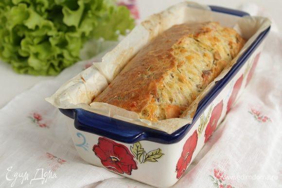 Выпекать в предварительно нагретой до 180°С духовке в течение 45-50 минут Слегка остудить кекс и вынуть из формы (если форма проложена бумагой, то кекс с легкостью вынимается даже горячим).