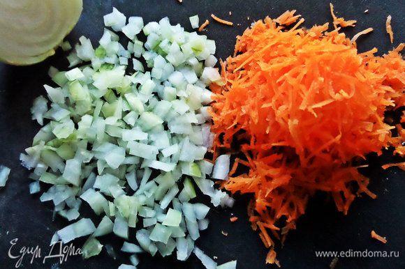 Морковку мелко натереть, половину лука измельчить.