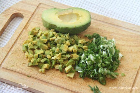 Авокадо так же нарезать кубиком, сбрызнуть соком лимона, чтобы не потемнело. Выложить слоем на яблочный слой. Зеленый лук нарезать мелко, наискосок.
