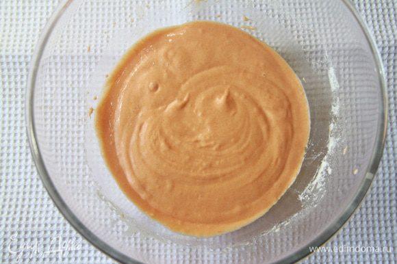 Постепенно ввести тыквенное пюре и лимончелло. Затем просеянную с разрыхлителем муку.