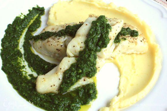 Рыбу достать из духовки, сервировать на подогретых тарелках с картофельным пюре. Кстати, картофельное пюре также популярно в Аргентине. На каждый кусочек трески положить по ложке чимичурри. Приятного аппетита!