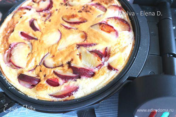 После заливки смеси закрыть тортиллу и выпекать 12 минут. Открыть тортиллу, края промазать силиконовой лопаткой, закрыть форму, зафиксировать плиты (сковороды) защелкой, уменьшить уровень температуры до 2.5.