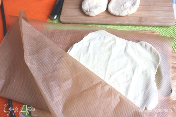 Разогреть тортиллу, смазанную оливковым маслом, до 5 уровня. Снять с лепешки аккуратно верхний слой бумаги.
