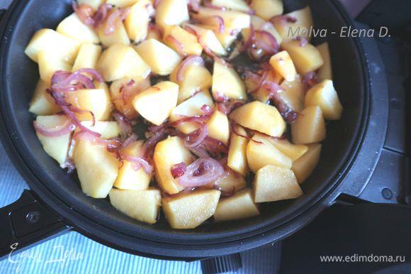 Картофель поместить в глубокую сковороду, посолить, во время обжаривания перемешать. Лук положить спустя несколько минут, когда он немного прожарится, добавить к картофелю, закрыть мелкой сковородой глубокую. Определить время — 10 минут, уровень — 2.5.