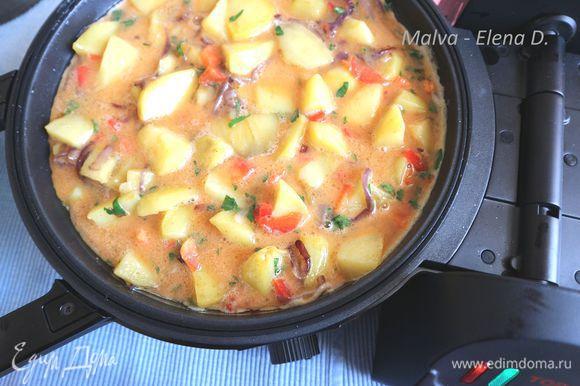 Начинку перемешать с яйцами. Сковорода (глубокая) разогревается в течение нескольких минут до уровня 2.5. В глубокую сковороду с небольшим количеством масла (1 ст. л.) помещается яично- картофельная смесь. Закрывается крышкой, устанавливается время 10 минут.