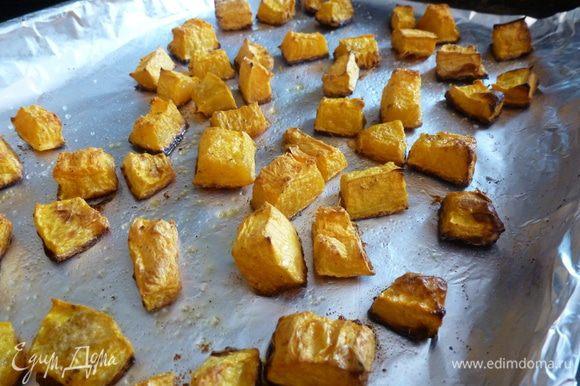 Тыкву почистим и нарежем на кусочки. Сбрызнем оливковым маслом, поперчим и запечем в духовке при температуре 200°C до готовности и золотистых бочков.