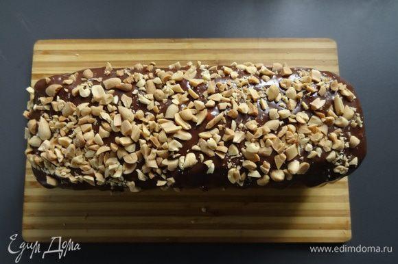 Остывший пирог извлечь из формы. Полить глазурью. Щедро посыпать арахисом.