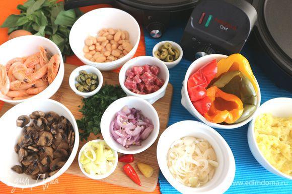 Оливки нарезать кружочками, креветки разогреть на паровой бане, почистить. Фасоль промыть, откинуть на сито. Болгарский перец (здесь разноцветный перец — красный, желтый, зеленый, оранжевый) запечь в духовке в фольге при температуре 200°C в течение 30 минут. Время и градус запекания я указываю для половинок перца четырех цветов. Меньшее количество запекать неудобно. У вас уйдет меньше перца, оставшийся можно использовать в другое блюдо. Из острого маринованного перца (маленький по размеру перец феферони) удалить семена. Зелень помыть, обсушить, измельчить. Чоризо нарезать кубиками.
