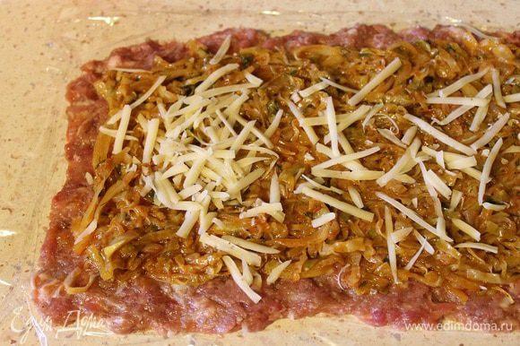 Сверху выложить начинку из капусты и посыпать сыром, натертым на крупной терке.