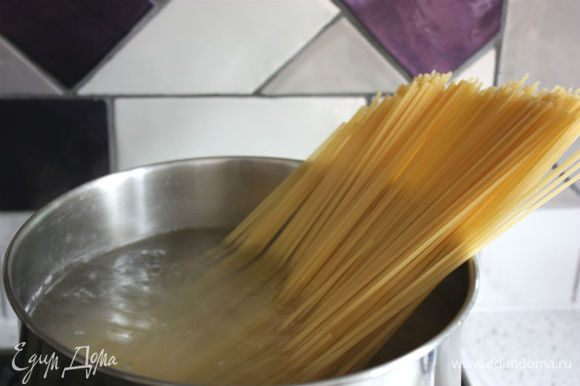 Если используете вареные замороженные креветки, разморозьте их заранее. Сварить спагетти в подсоленной воде по инструкции, зарезервировать примерно 0,5 стакана воды, в которой они варились.