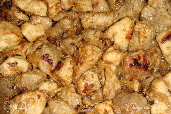 К луку выложить мясо и обжаривать до образования румяной корочки.