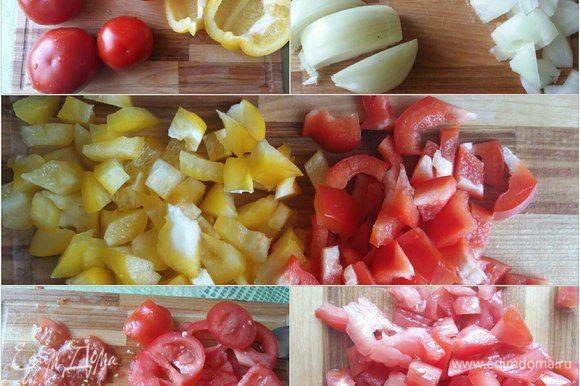 Пока тесто стоит в духовке займемся начинкой. Порежем лук, перец болгарский (желтый и красный). Помидоры нарежем крупно, удалим семечки и жидкость для того, чтобы наша начинка не была жидкой. И также нарежем помидоры на мелкие кубики.