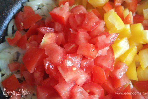 Перец с помидорами тушим до мягкости перца и выпаривания лишней жидкости. Этот процесс занимает минут 5-7. Если вдруг у вас получится жидкая начинка, то добавьте в начинку немного панировочных сухарей.
