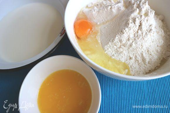 Для приготовления теста молоко (можете взять менее жирное молоко) чуть погреть, оно должно быть теплое. Насыпать сухие дрожжи в молоко. Масло растопить. Смешать сначала сухие ингредиенты — муку, соль, сахар. Потом добавить влажные — масло, молоко, яйцо, смешать до однородности.
