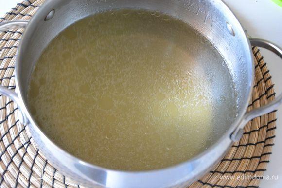 Готовый бульон процедить. Картофель почистить, нарезать кубиками и отварить в бульоне. Вынуть картофель из бульона и размять.