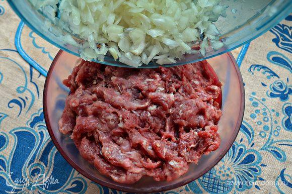 Лук почистите и мелко порубите. Добавьте лук к мясному фаршу (у меня смесь свинины с говядиной), посолите, поперчите и хорошо перемешайте.