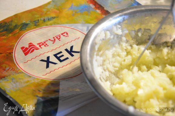 Картофель почистить, нарезать и отварить в бульоне. Размять картофель в пюре.