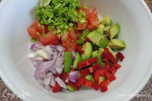 Для сальсы нарезать все овощи, добавить лимонный сок.