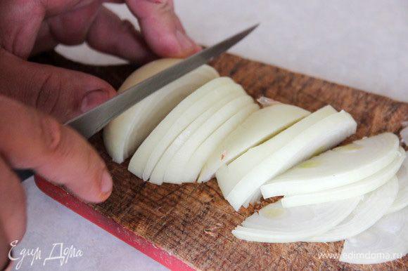 Тем временем тонко нарезаем лук, натираем морковь.