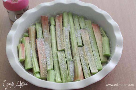 Сверху выложить стебли ревеня. Посыпать сахаром и кардамоном (или обойтись без кардамона).
