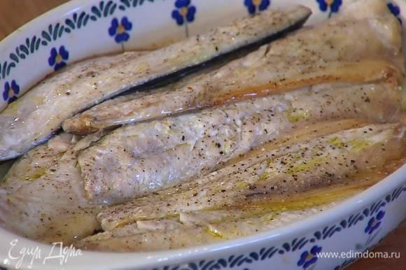 Сверху на картофель выложить скумбрию кожей вниз, посолить, поперчить, полить оставшимся оливковым маслом и запекать в разогретой духовке 7‒10 минут.