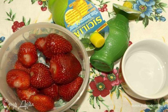 Листики мяты прекрасно можно заменить лимонным соком с мятой ТМ SICILIA. Посуду для приготовления сорбета лучше взять с крышкой.