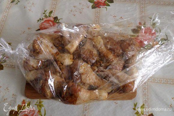 Через 30 минут выкладываем замаринованные куриные голени на решетку и жарим на мангале или же выкладываем в пакет для запекания.