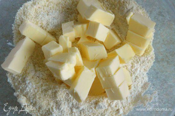 В миску просеять муку, добавить миндаль и холодное, порезанное кусочками масло.