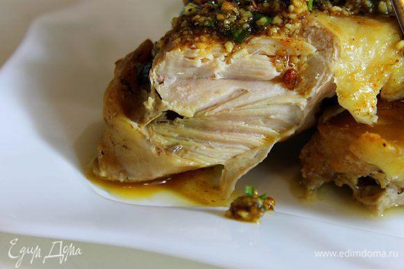 Готовую курицу выложить на блюдо и полить ореховым соусом.