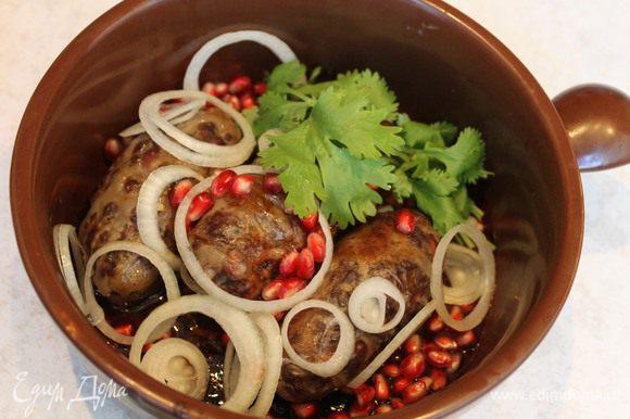 Подается абхазура с пылу с жару в кеци (можно и на теплом глиняном блюде) с зернами грана, кольцами лука и ароматной зеленью.