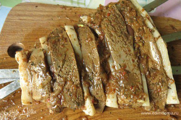 Покрываем шашлык остатками маринада. Всего получаются две порции из этого количества продуктов.