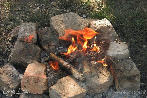 Разжигаем костер и готовим угли.