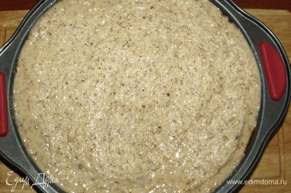 Когда корж подрумянится, достать и выложить на него начинку. Корж может подняться. Если делали бортики, то бортики могут убежать. Но это не страшно. Смело выкладывайте начинку, все прекрасно распределится, и пирог будет с равномерной начинкой. Убавить духовку до 160°С и выпекать 40 минут.