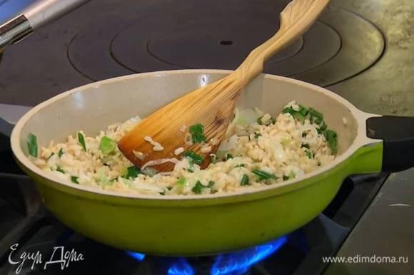 Добавить в сковороду готовый рис, все перемешать и немного прогреть.