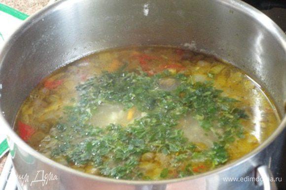 Овощи добавить к бульону. Сюда же выложить готовую перловку и варить при умеренном кипении 5 минут. Добавить каперсы, 1 лавровый лист, соль, любимые специи, довести до кипения и добавить зелень. Выключить нагрев и дать настояться супу 10 минут.