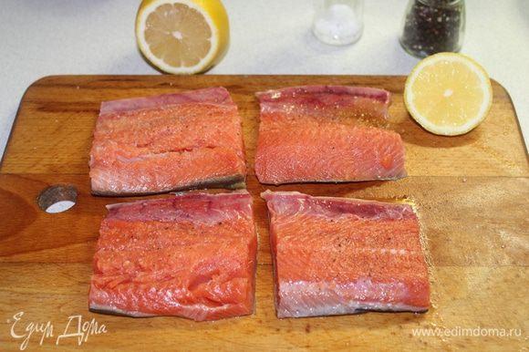 Для начала посолить, поперчить рыбу, сбрызнуть лимонным соком.