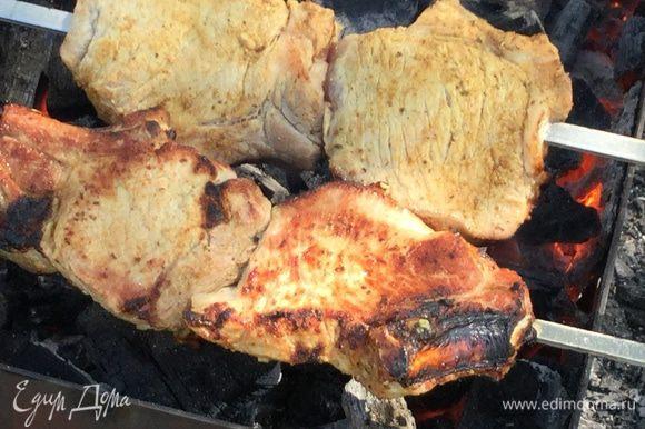 Нанизываем мясо на шампуры, удаляя лук и лимон (иначе они обгорят) и жарим на раскаленных углях, периодически переворачивая. Готовность проверьте, сделав небольшой надрез.